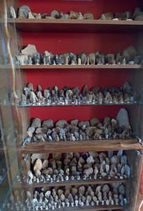 Vitrine entrée salle à manger - Vestiges préhistoriques de Saintonge